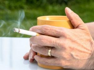 寝る前のタバコは睡眠を妨げる